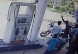 آتش زدن راننده موتور حین دعوا در پمپ بنزین + فیلم