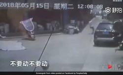 واکنش استثنایی فروشنده برای نجات جان دختر در حال سقوط + فیلم