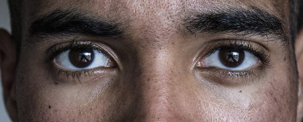 چرا حفظ کردن تماس چشمی در زمان صحبت کردن بسیار دشوار است