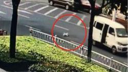 لحظه وحشتناک سقوط نوزاد 10 ماهه به داخل خیابان! +فیلم