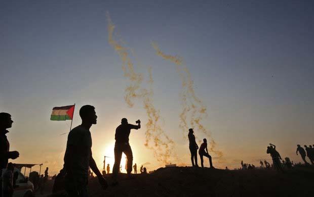 اعتراض فلسطینی ها با پرتاب لنگه کفش و تخم مرغ