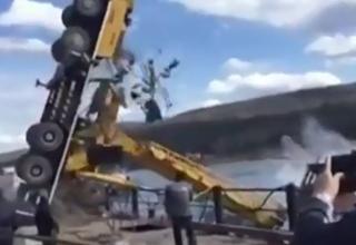 سقوط جرثقیل حین جابجا کردن قایق در رودخانه+فیلم