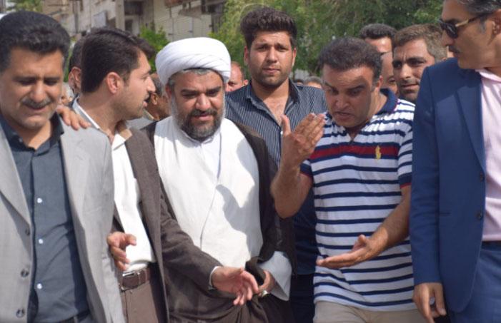 واکنش یک روزنامه نگار به ماجرای کازرون؛ امام جمعه ای که در تجمعات کازرون به میان مردم رفت
