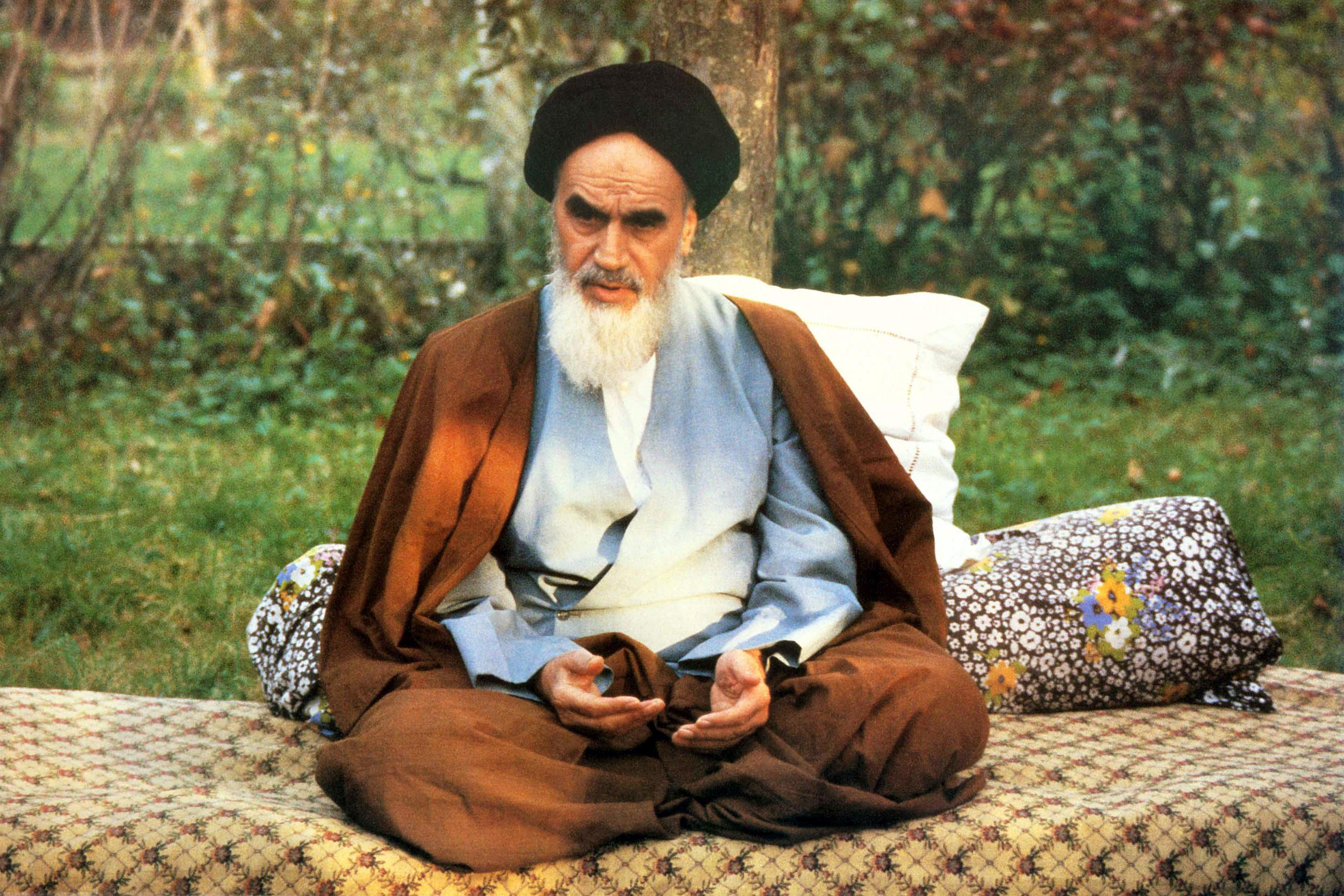 رهنمودهای امام ملت ایران را از سد دشمنان داخلی و خارجی عبور داد