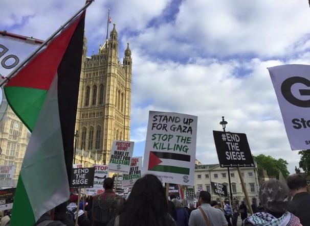 تجمع مخالفان سفر نتانیاهو به لندن در مقابل دفتر ترزا می+ تصاویر