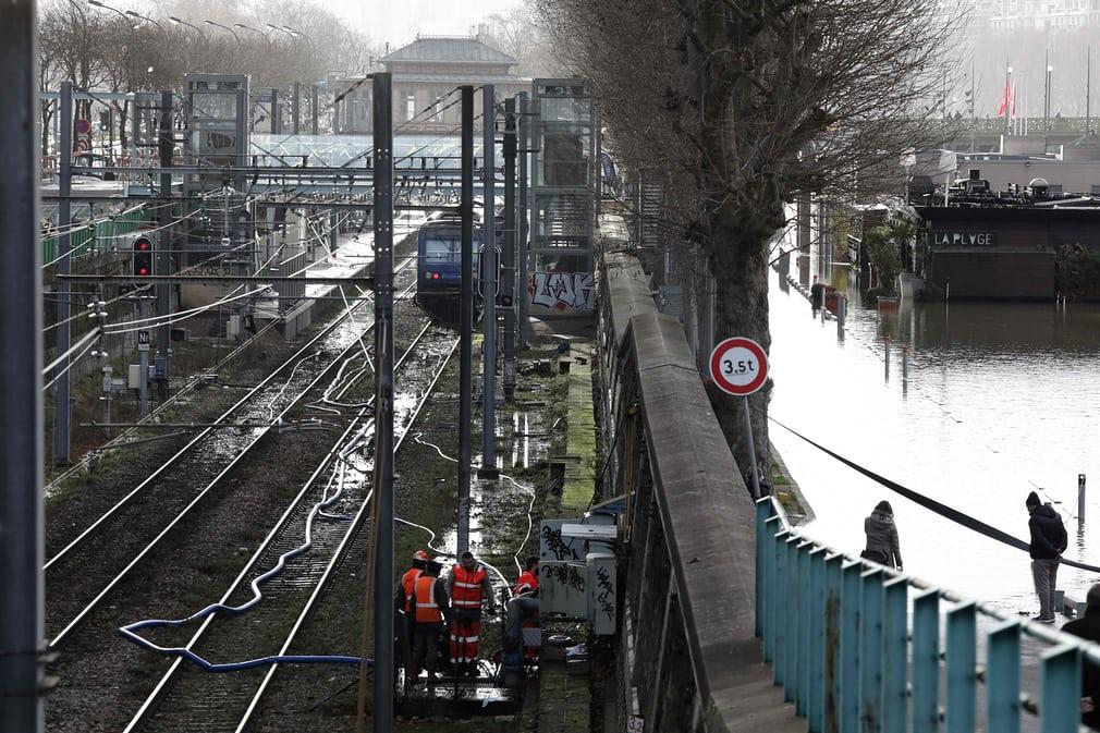 بارش سنگین تگرگ پایتخت فرانسه را با مشکل روبرو کرد