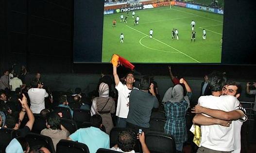 نظر دو سینماگر درباره پخش بازیهای جام جهانی در سینما