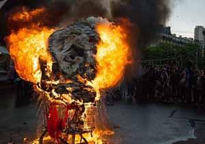 فرانسویهای معترض مجسمه کاغذی مکرون را آتش زدند+ فیلم
