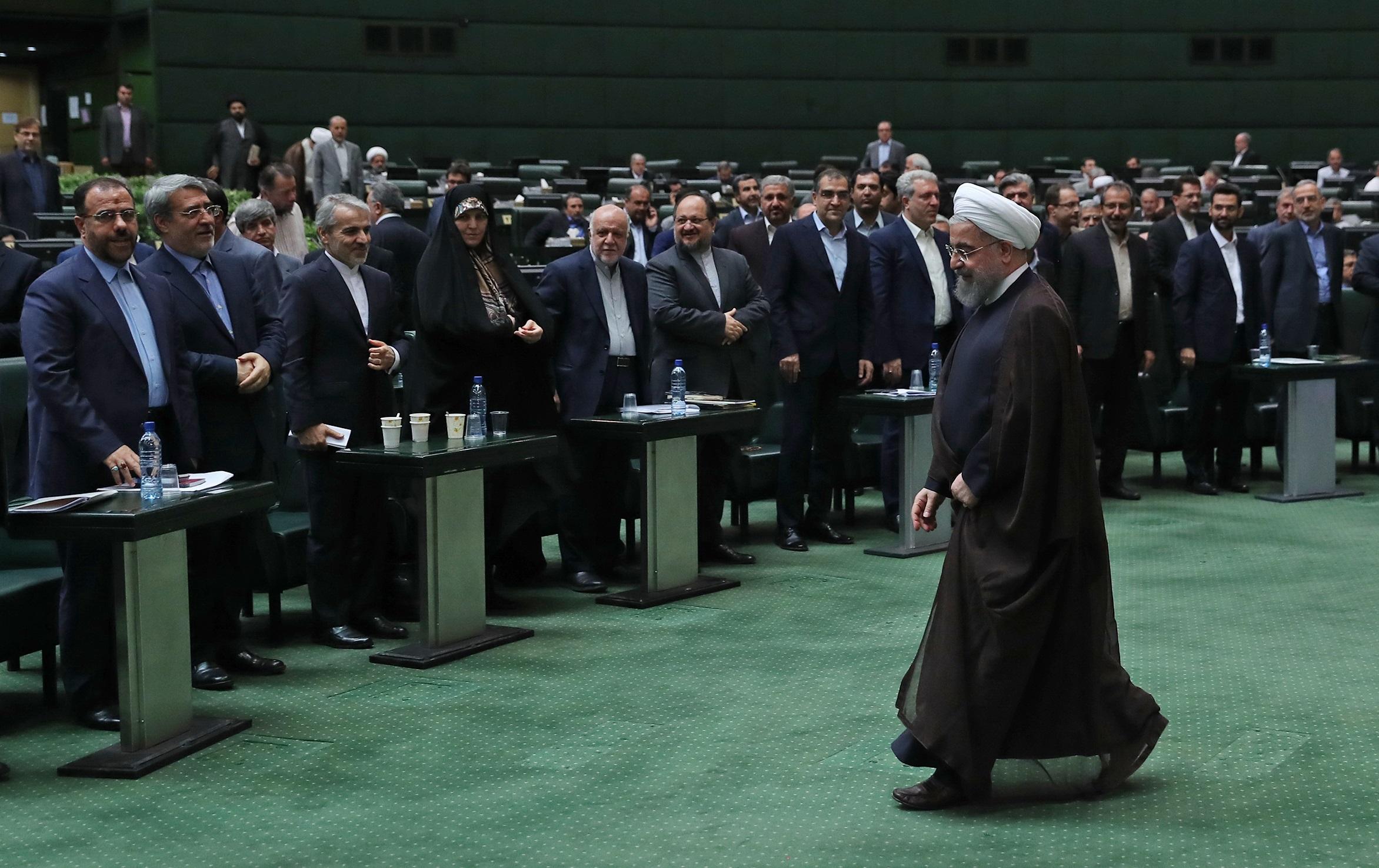سوال از رئیسجمهور پابرجاست/ روحانی باید در مجلس حضور یابد