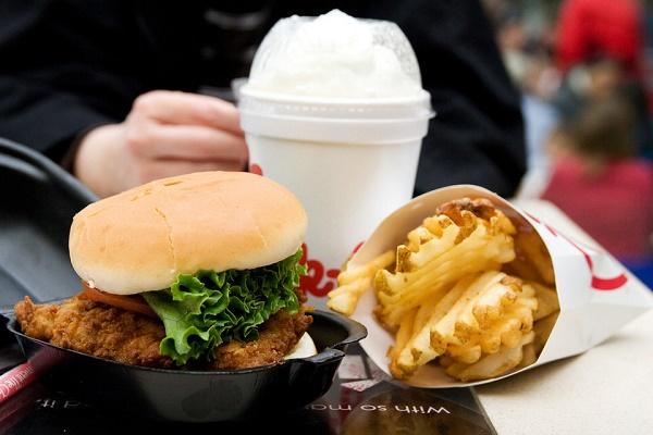 ۵ بلایی که با خوردن مداوم غذای بیرون بر سر بدن تان میآورید