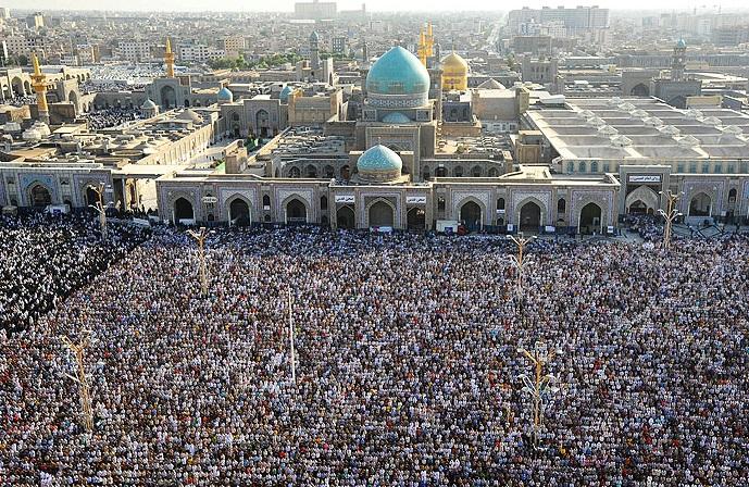اقامه نماز عید فطر به امامت آیت الله علمالهدی در حرم رضوی