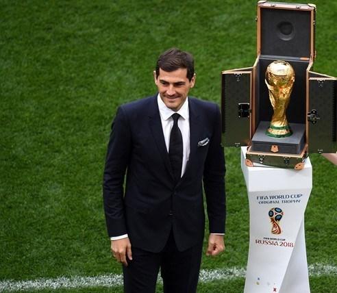 کاسیاس جام قهرمانی را به مراسم افتتاحیه برد +عکس