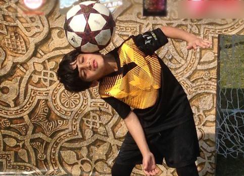 مسی خردسال در افغانستان/کودکی 10 ساله که جا پای ستاره فوتبال می گذارد+
