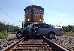 برخورد قطار با خودرویی که روی ریل توقف کرده بود + فیلم