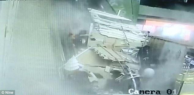 لحظه وحشتناک فرو ریختن سقف ساختمان در چین روی سر مردم +فیلم