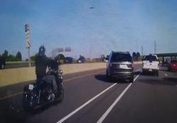 مرگ راننده موتور بر اثر تغییر مسیر ناگهانی یک خودرو + فیلم