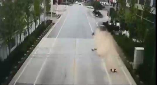 لحظه تصادف دلخراش خودرو با یک خانواده+فیلم