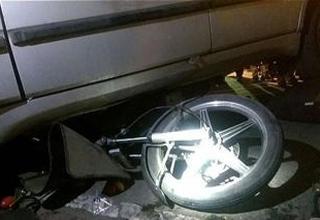 لحظه رفتن موتورسوار زیر خودرو شاسی بلند+فیلم