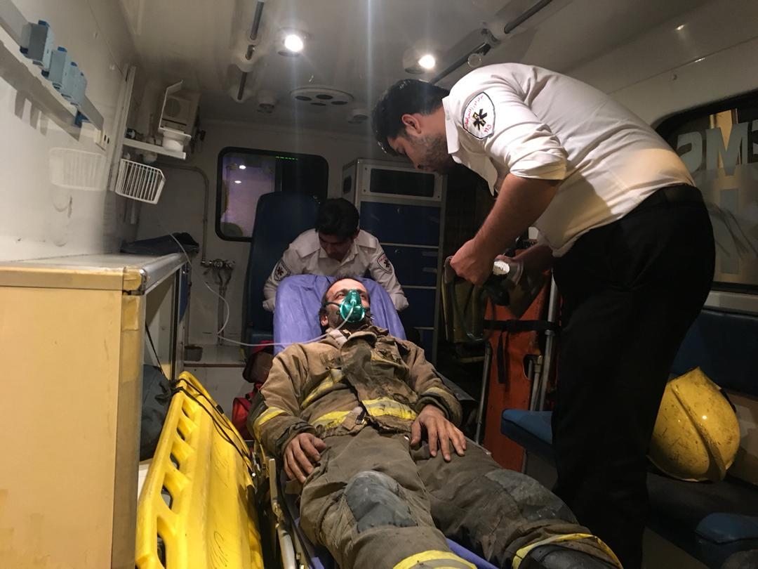 حریق در یکى از پاساژهاى تهران/مصدومیت آتشنشان در حین اطفای حریق+ تصویر