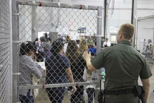 از تحفه جدید حقوق بشری آمریکاییها تا نگهداری مهاجران در قفس+ فیلم و تصاویر