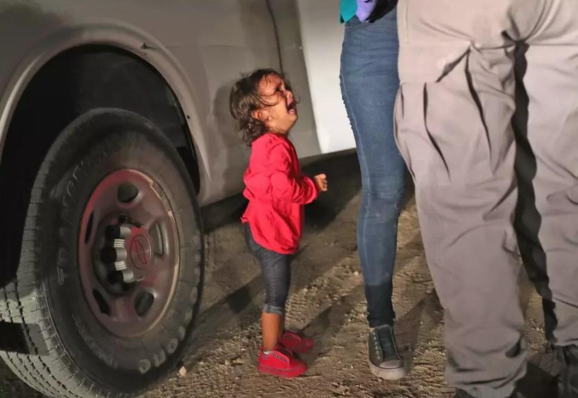 عکسی دلخراش از یک کودک مهاجر که انتقادات زیادی را در جهان علیه سیاستهای ضدمهاجرتی آمریکا برانگیخته است+تصویر