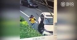 اقدام جنون آمیز راننده شاسی بلند در کنار خیابان + فیلم