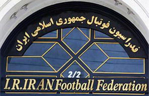 اهدای پیراهن یار دوازدهم تیم ملی فوتبال به رئیس رسانه ملی