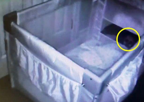 ثبت لحظه  حضور شبح نوزاد در اتاق خوابش! + فیلم//