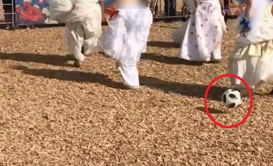 مسابقه فوتبالی که بازیکنانش لباس عروس به تن دارند! +فیلم و تصاویر