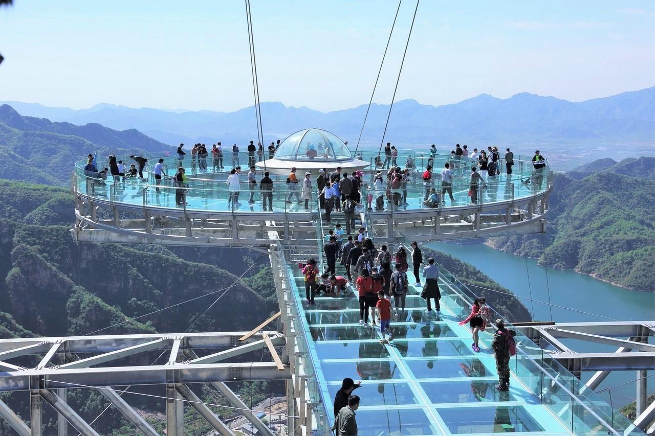 ترسناکترین پل معلق شیشه ای جهان در چین
