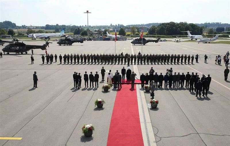 انتقال رئیسجمهور از فرودگاه زوریخ با بالگرد نظامی ارتش سوئیس + تصاویر