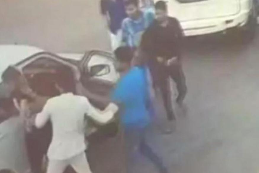 کتک کاری پسر سیاستمدار محلی در خیابان خبرساز شد! فیلم