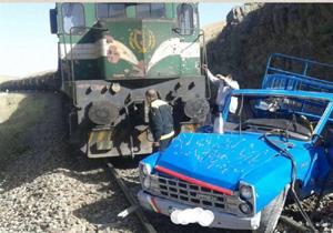 برخورد قطار باری اهواز -تهران با خودروی نیسان در ازنا