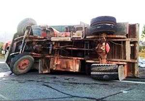 اقدام هوشمندانه راننده کامیون برای رهایی از مرگ حتمی + فیلم