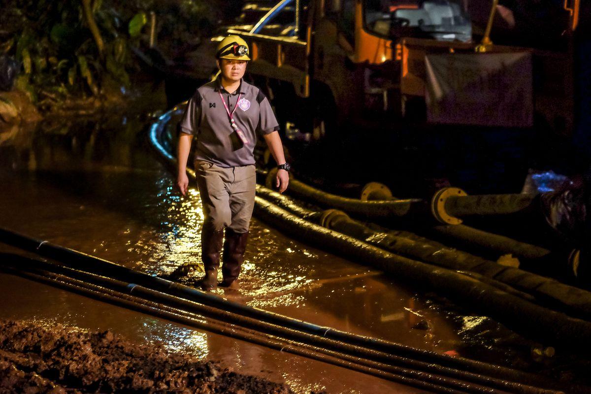 مرگ یک امدادگر در تلاش برای نجات نوجوانان تایلندی که در غار گرفتار شده اند