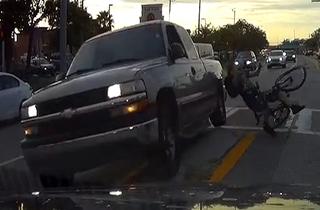 فرار راننده خاطی پس از تصادف با دوچرخه سوار + فیلم