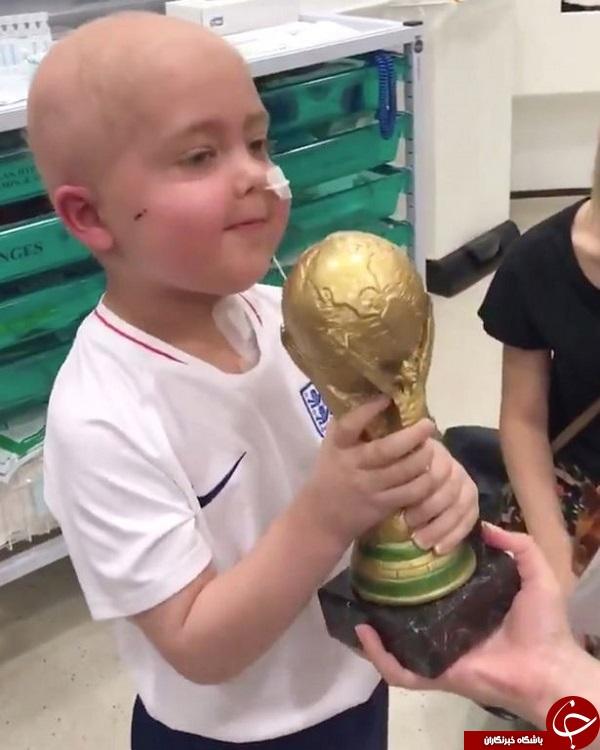 تلاش مهاجم  مشهور انگلیس برای خوشحالی کودک ۵ ساله بیمار +فیلم و تصاویر