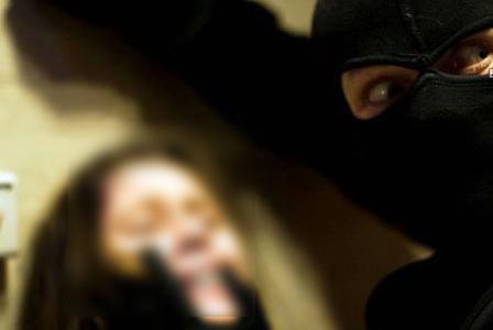 مبارزه دلهره آور دختر نوجوان با آدم ربای شیطان صفت!+فیلم