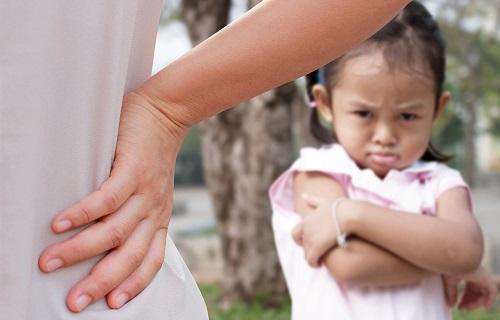 با کودکان لج باز چگونه رفتار کنیم؟