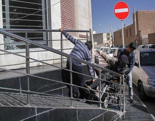 این قشر از خدمات شهری محروم هستند/ مصائب یک ویلچرنشین برای تردد در تهران