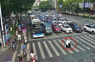 کمک افسر پلیس راهنمایی و رانندگی به پیرمرد عصا به دست + فیلم