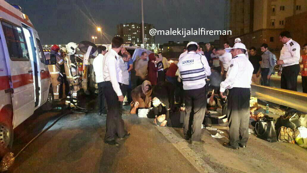 تصادف یک دستگاه پراید با مینیبوس در اتوبان آزادگان/ ۱۸ نفر مصدوم شدند