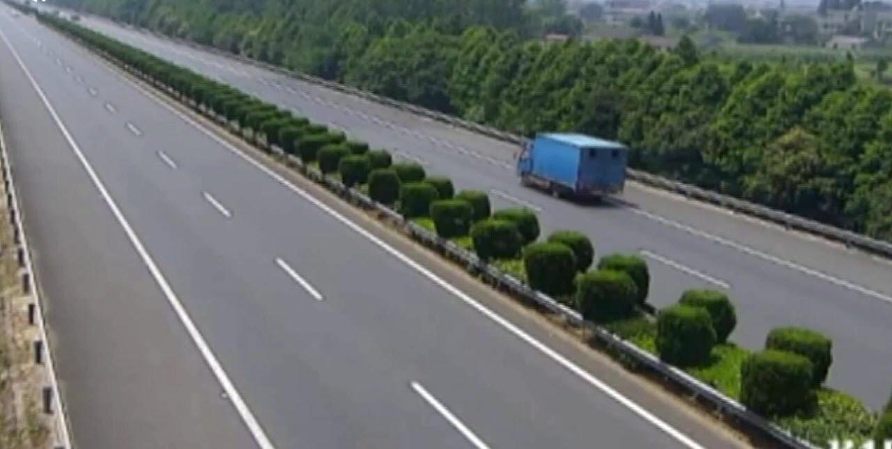 تصادف خودوری سواری با کامیون در اتوبان + فیلم