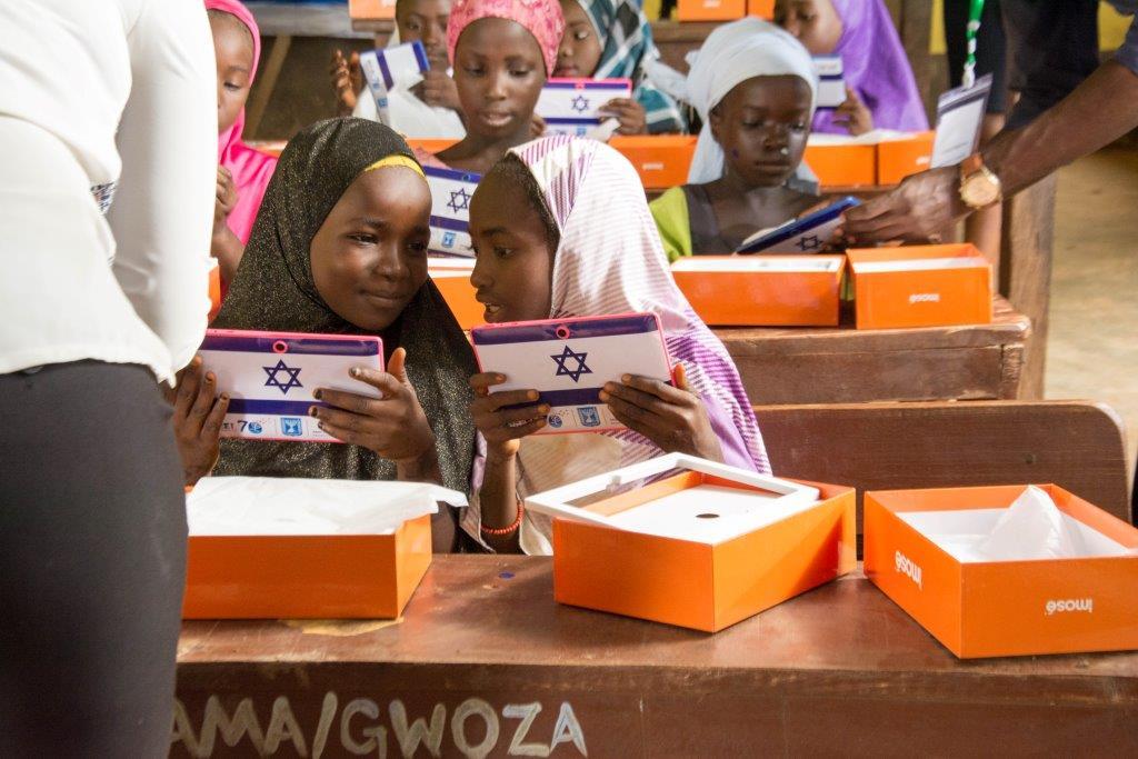 رژیم کودککُش صهیونیستی به دانشآموزان نیجریایی تبلت میدهد!