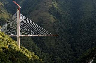 تخریب پلی عظیم در کلمبیا با مواد منفجره/ حرکت چتر روی سر مالک آن/ قیمتهای سر به فلک کشیده مسکن در شمال تهران/ اعزام آتش نشانان کروات به محل حادثه هنگام تماشای فوتبال + فیلم