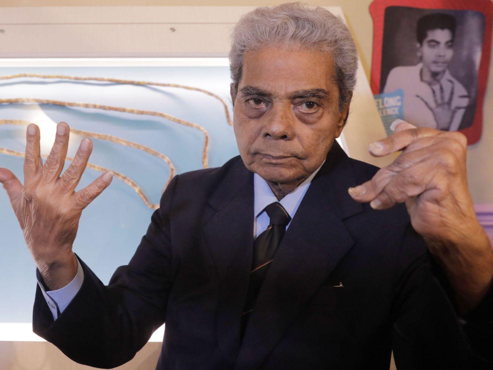 مرد سالخورده هندوستانی با ناخن های بلندش، خبرساز شد ! + فیلم