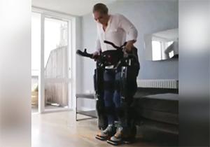 وسیله جالبی که راه رفتن را برای معلولان ممکن میکند + فیلم