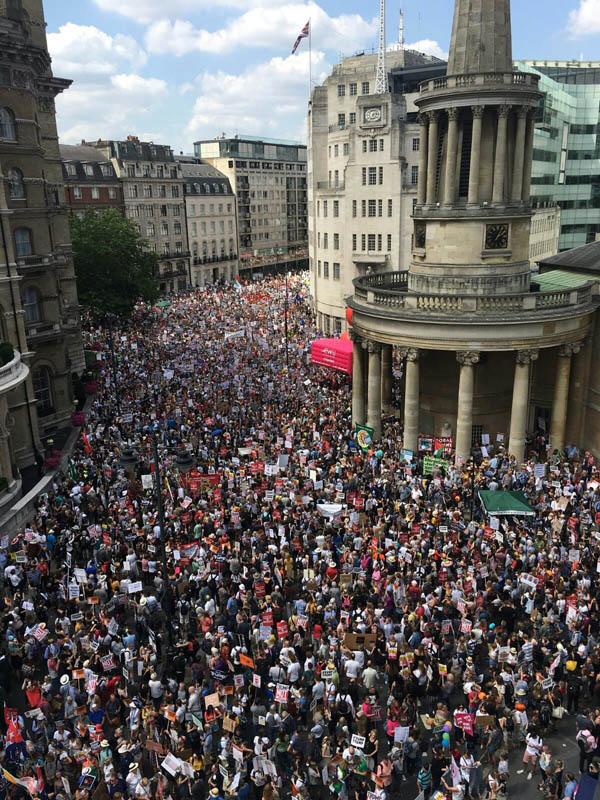 تظاهرات بیسابقه مردم لندن در اعتراض به سفر ترامپ به انگلیس+فیلم و عکس