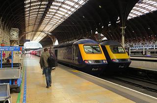 نجات یک مرد از روی ریل قبل از سر رسیدن قطار + فیلم