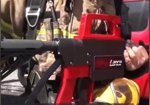 تفنگ آب پاشی که در مانند اسلحهای قدرتمند، مخرب است! + فیلم